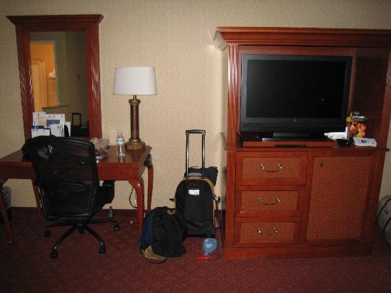 Best Western Plus Anaheim Inn: Entertainment Unit and Desk