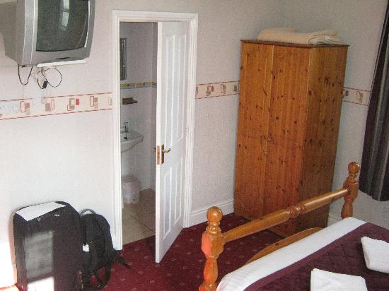 Ellan Vannin Metro Hotel: View of bedroom towards bathroom