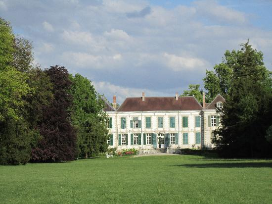 Chateau de Juvigny: Chateau du Juvigny - view from the park