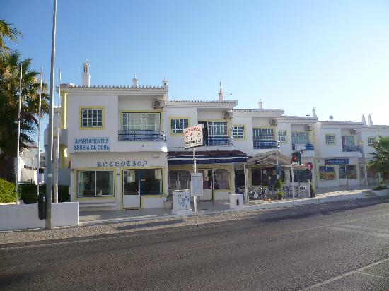 Sereia da Oura Hotel: Front view (road side)