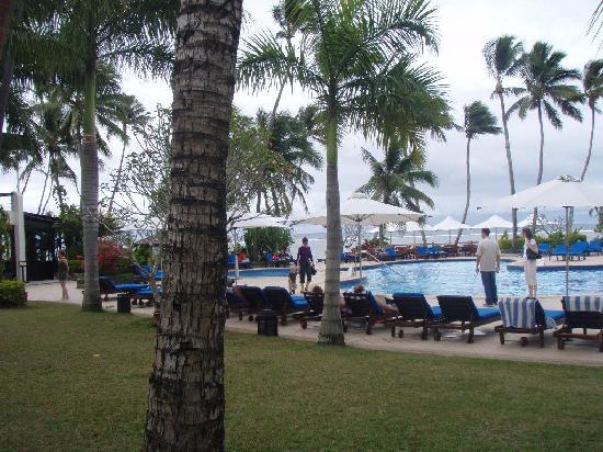 The Warwick Fiji: Warwick pool & bar from our room
