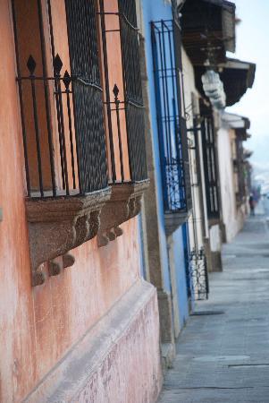 Hotel Meson de Maria: Typical Antiguan street