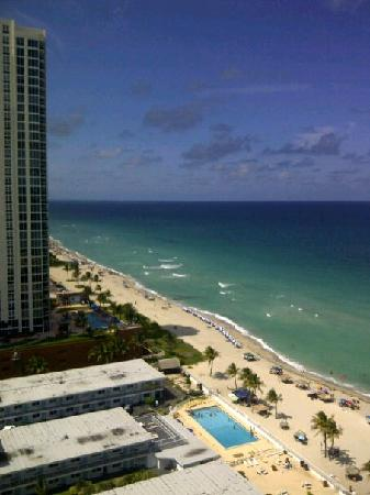 Sunny Isles Beach, Flórida: Our view from balcony