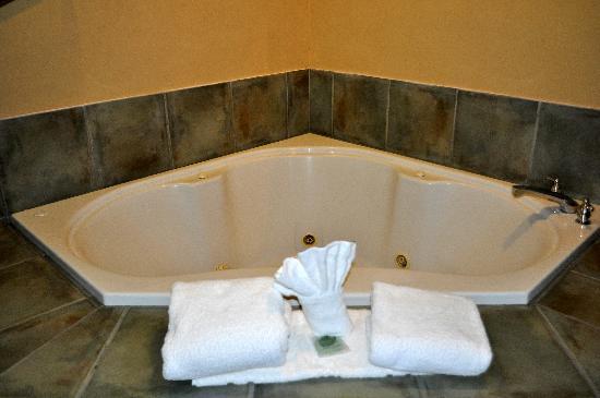 La Quinta Inn & Suites Dublin - Pleasanton: jacuzzi in our king room