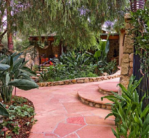 Emerald Iguana Inn: Garden Walk