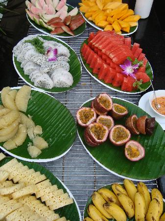 Hotel Majestic Saigon: fresh fruit at breakfast