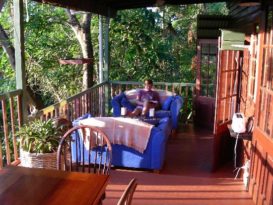 Mossman Gorge Bed and Breakfast: Relaxing on the veranda