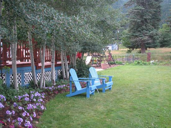 Ouray Victorian Inn: Beautiful lawn with play area & chairs