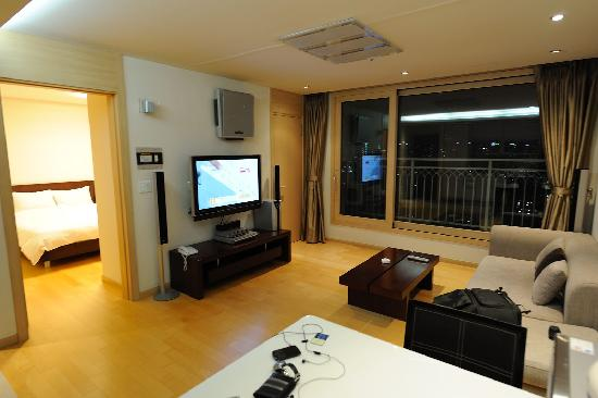 Cheongdam Human Star Ville : living room - with large LCD TV, stereo and DVD. Quite nice for couple and family.