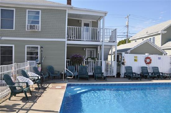 Moontide Motel, Cabins and Apartments: Pool area and Apt. decks