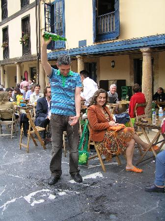 Plaza del Fontan : Escancia or pouring the cider