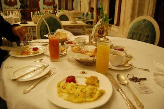 Chomu Palace Hotel: our breakfast with real guava juice!