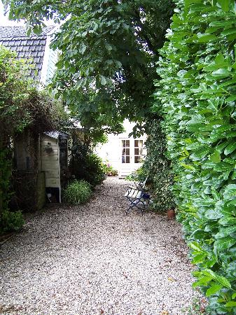 B&B Logeren aan de Amstel: B & B Entrance and Driveway