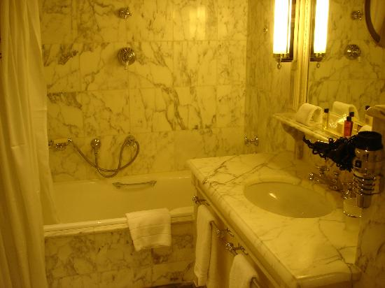 Hotel Luxembourg Parc : Hotel bathroom.
