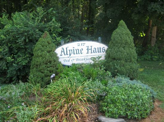 Alpine Haus Bed and Breakfast Inn: Even their signs are attractive!