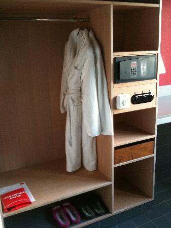 Casa Camper Berlin: Bath Robes, Sandals, Safe in Room,