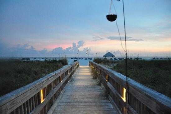 Beachcomber Beach Resort & Hotel: boardwalk out to the beach