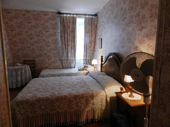 Hotel des Grandes Ecoles: Our cozy bedroom