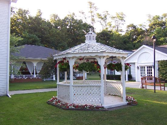 Le Chambord Hotel: gazebo outside our building
