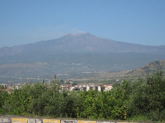 Motta Camastra, Italie : Photo op on the road to Mt. Etna