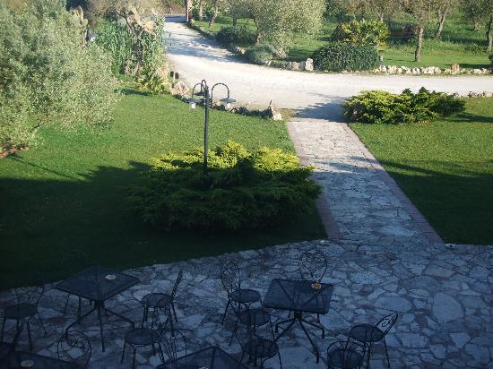 Villa Loreto: Blick aus dem Fenster auf Vorplatz und Garten