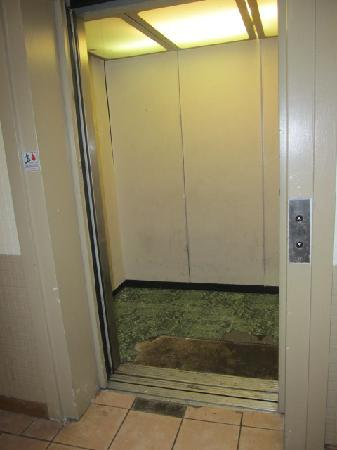 Country Hearth Inn & Suites South Point: the elevator