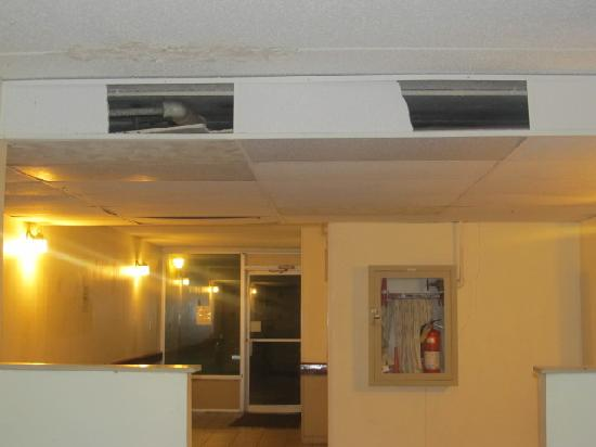 Country Hearth Inn & Suites South Point: first floor ceiling