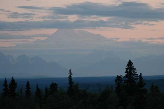 Grace and Bill's Freedom Hills B&B: Great view of MtMcKinley from balcony at 3am