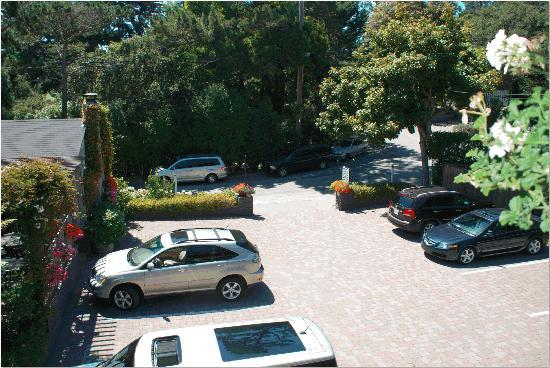 Carmel Country Inn: Nice parking lot