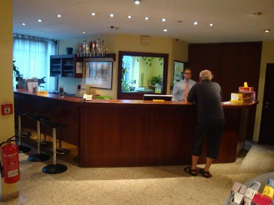 Alexander Hotel: Réception / Bar