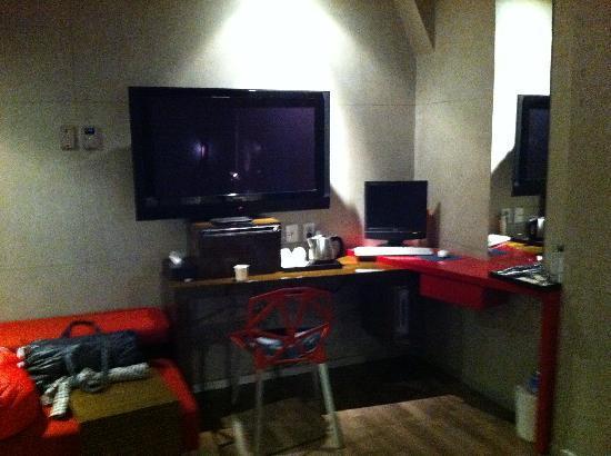 Hotel Tria: TV console