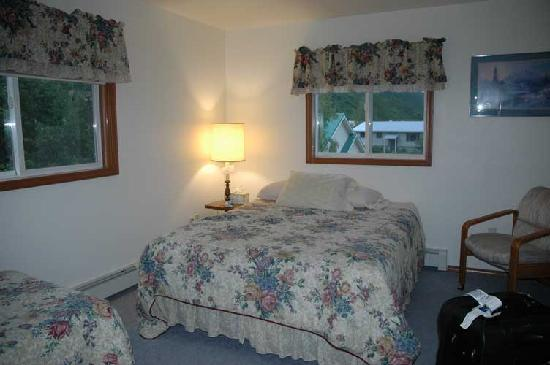 L & L's Bed and Breakfast: Bedroom interior