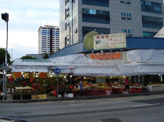 โรงแรมแอมไรส์: fruit stands across the street.
