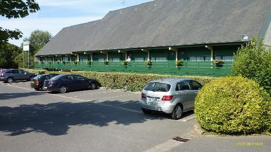 Campanile De Bayeux: The main motel building and parking