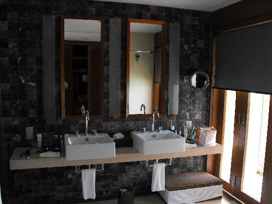 Paradise Island Resort & Spa: The large Bathroom
