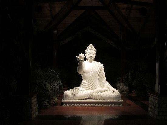Mayfair Spa Resort & Casino: Wow Buddha Statute - i like it very much