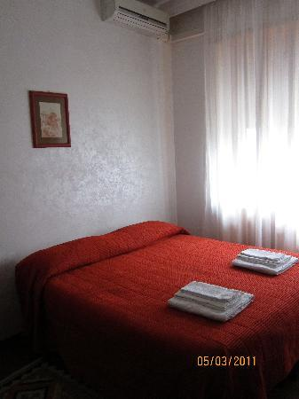The Home in Rome Kosher Bed and Breakfast: Small room
