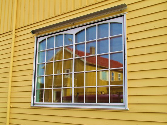 Бодо, Норвегия: House window in Bodo