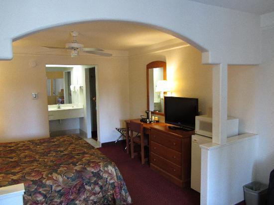 Shasta Pines Motel: King Suite