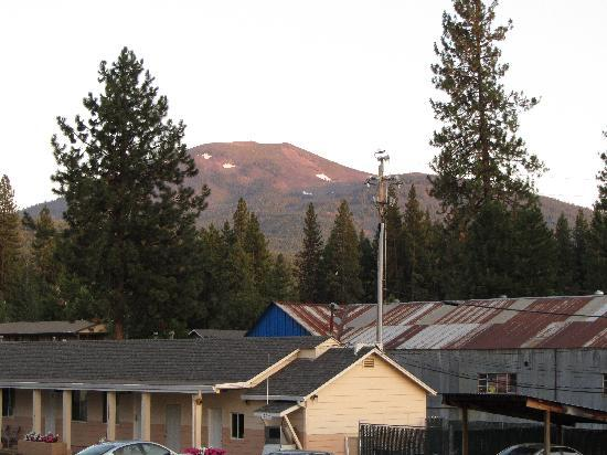 Shasta Pines Motel : View at Sunset