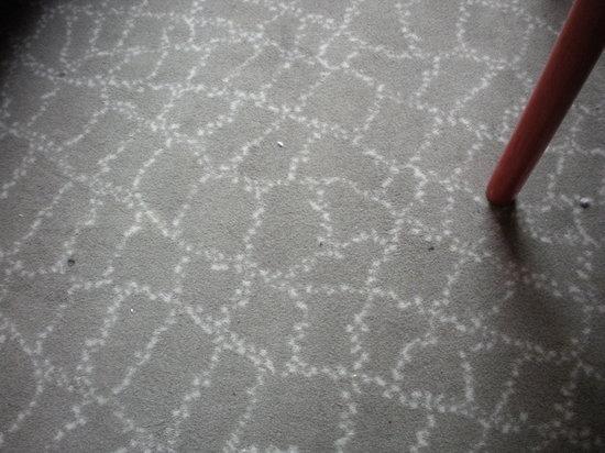Benny Hotel: Stanza lercia, grumi di polvere a vista sulla moquette