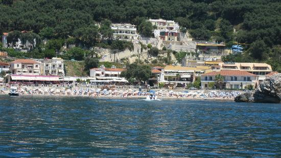 Hotel Sol Parga: Hotel from sea (yellow roof)