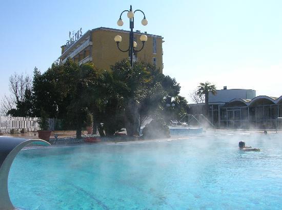 Hotel Augustus Terme: Blick vom Poolbereich auf das Hotel