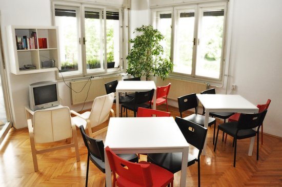 Confidenti Hostel: Common room with the kitchen
