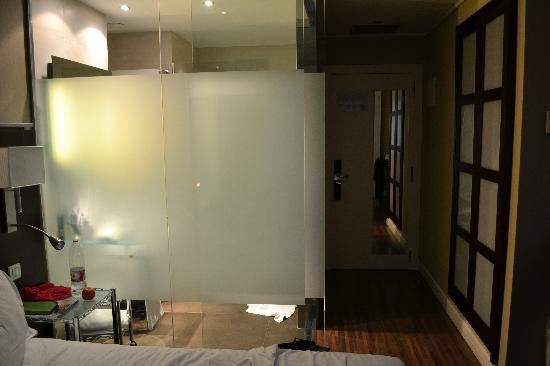 AC Hotel Irla: Glass walls in bathroom