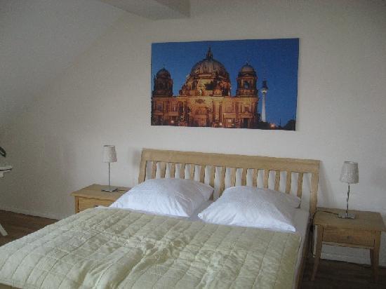 Schoenhouse Apartments: Very spacious bedroom