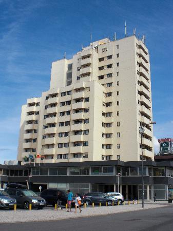 Hotel Apartamento Solverde: Vista del Hotel y aparcamiento privado exterior