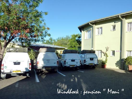 Hotel Pension Moni: Le parking
