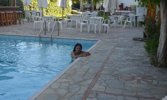 MariRena Hotel: бассейн, на заднем плане мини-бар