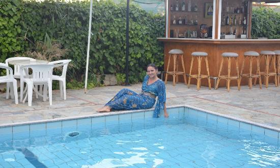 MariRena Hotel: у бассейна, сзади мини-бар